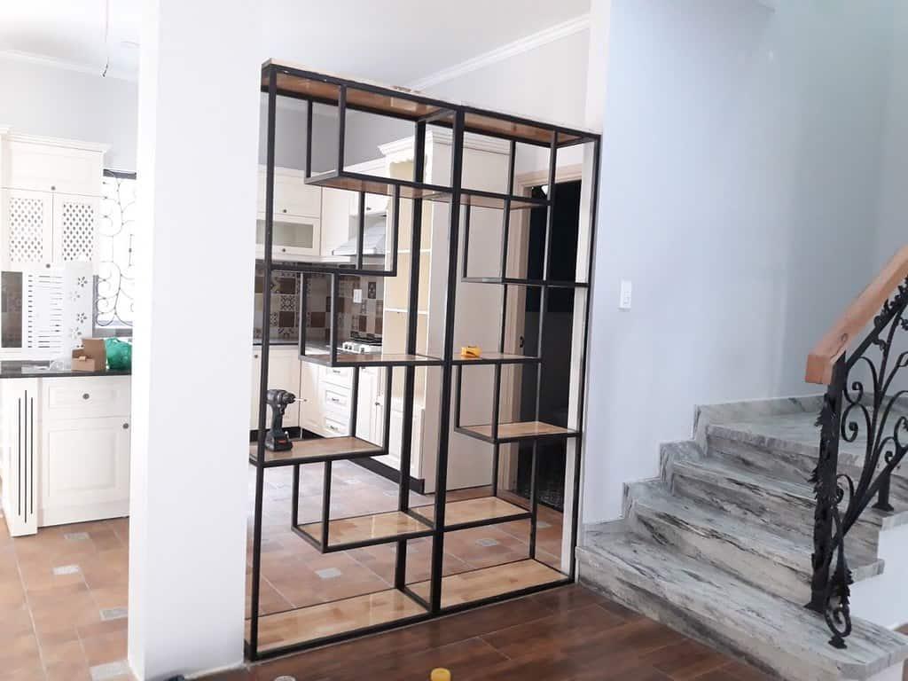 Kệ trang trí khung chân sắt mặt gỗ GHK-23 nhà chị Linh San - Bình Long - Tân Phú